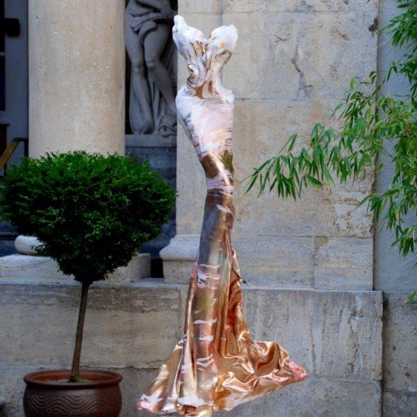 rosa, goldene Skulptur für den Park_Carbon Couture_Outdoor | Nonos