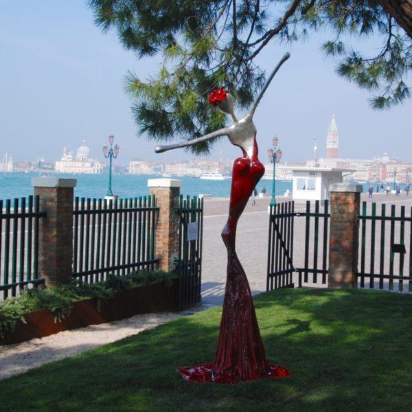 rote, weibliche Skulpturfür den Park_Carbon Couture_Sophia_Outdoor | Nonos
