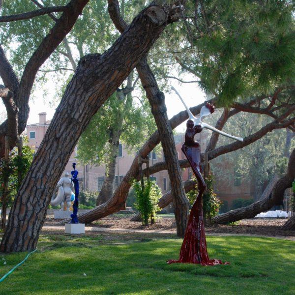 blaue und rote weibliche Skulpturen für den Park_Carbon Couture_Outdoor | Nonos