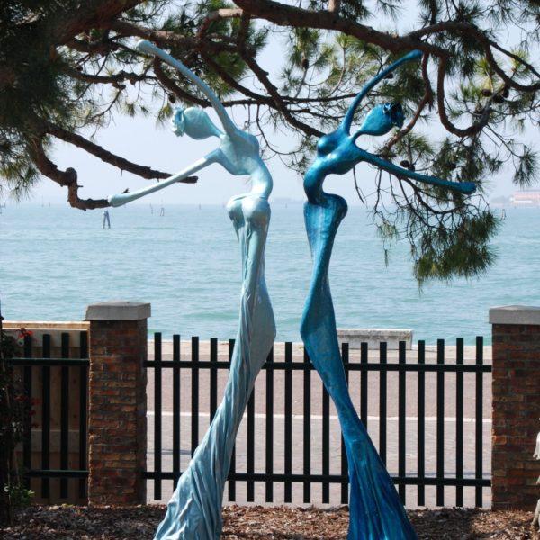 blaue, weibliche Skulpturen für den Park_Carbon Couture_Outdoor | Nonos