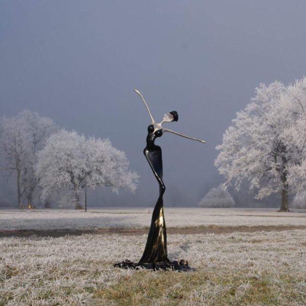 schwarze Skulptur für den Park_CarbonCouture | Nonos
