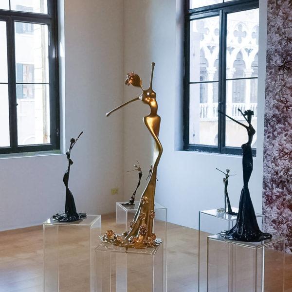 blaue und goldene Bronzeskulpturen_Interior Design_Artdepot | Nonos