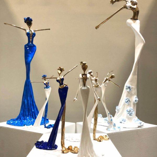 blaue und weiße Bronzeskulpturen_Interior Design_Artdepot | Nonos