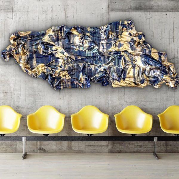 abstraktes Wandobjekt aus Fiberglas im Wartebereich_goldenes, blaues Wandrelief_Interior Design | Nonos