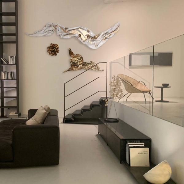 abstrakte Wandobjekte aus Fiberglas_goldene und weiße Wandreliefs_Interior Design | Nonos