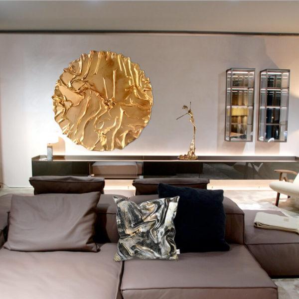 rundes, goldenes Wandobjekt_goldene, weibliche Bronzeskulptur_Interior Design | Nonos