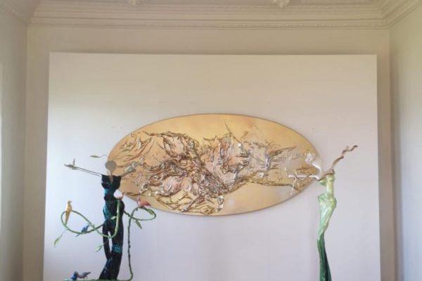 goldenes, ovales Wandobjekt_weibliche Skulpturen aus Fiberglas und Stahl_Interior Design | Nonos