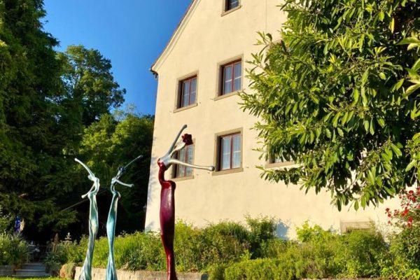 rote und blaue, weibliche Skulpturen für den Garten_Outdoor | Nonos