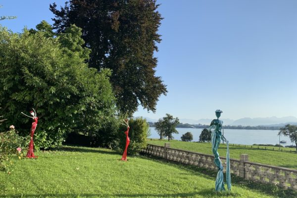 blaue und rote, weibliche Skulpturen für den Garten_Outdoor | Nonos