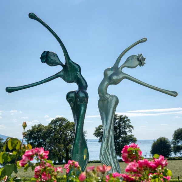 blaue, weibliche Skulpturen für den Park_Outdoor | Nonos