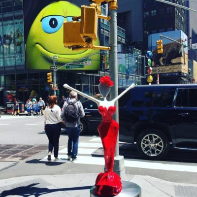 5th ave, broadway new york.aellow smile with skulpture Vicky on foto shooting tour