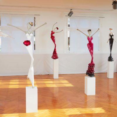rote, blaue und weiße, weibliche Skulptur aus Karbon_Interior Design | Nonos