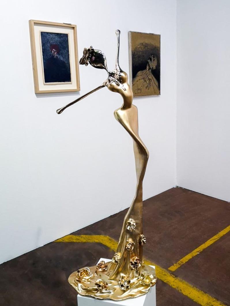 goldene, weibliche Bronzeskulptur_Interior Design   Nonos