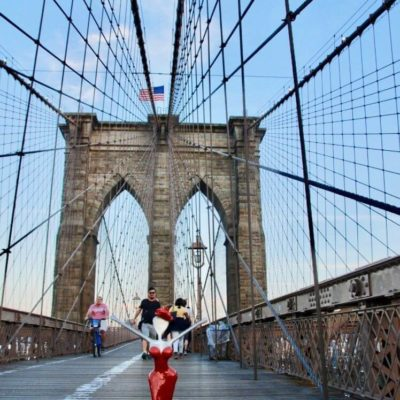 Brooklyn Bridge art exhibition nonos skulpture on the road