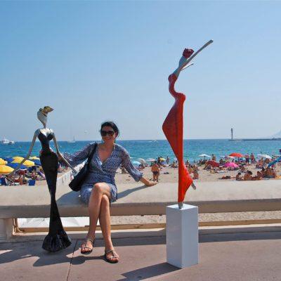 rote und schwarze weibliche Skulptur aus Karbon_Kunst im öffentlichen Raum_Outdoor | Nonos