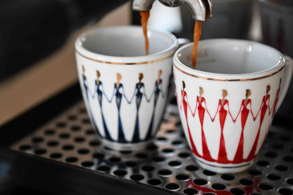 Espressotassen aus Porzellan_Stay together_blau, gold, weiß, rot | Nonos