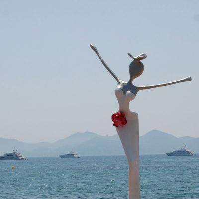 weiße, weibliche Skulptur aus Karbon_Kunst im öffentlichen Raum_Outdoor | Nonos