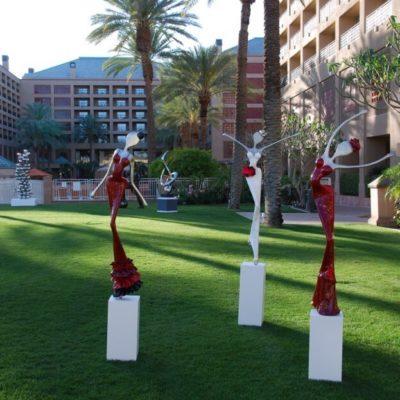 rote und weiße, weibliche Skulptur aus Karbon_Kunst im öffentlichen Raum_Outdoor | Nonos