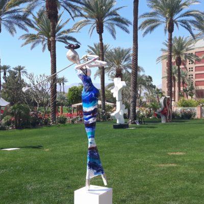 blaue, weibliche Skulptur aus Karbon_Kunst im öffentlichen Raum_Outdoor | Nonos