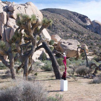 rote, weibliche Skulptur aus Karbon_Kunst im öffentlichen Raum_Outdoor   Nonos