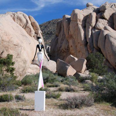 weiße, weibliche Skulptur aus Karbon_Kunst im öffentlichen Raum_Outdoor   Nonos