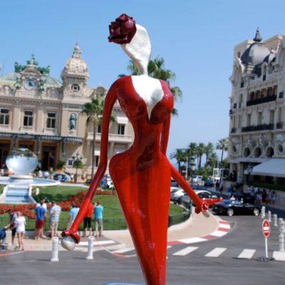 rote, weibliche Skulptur aus Karbon_Kunst im öffentlichen Raum_Outdoor | Nonos