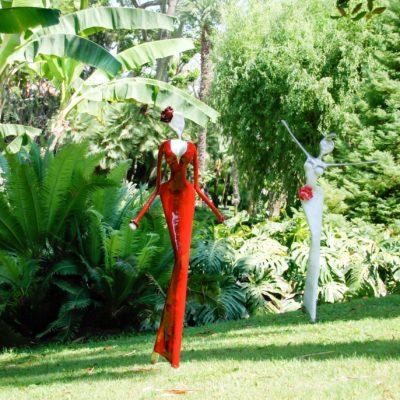 rote und weiße, weibliche Skulptur aus Karbon_Kunst im Garten_Outdoor | Nonos