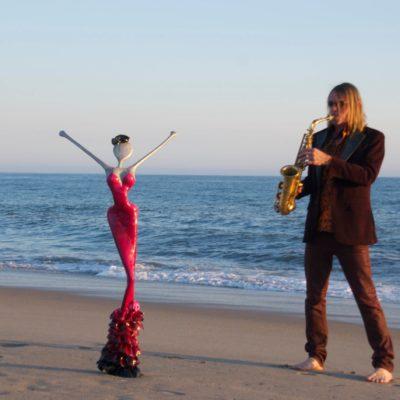 saxophon jazz in santa monica beach, nonos skluptur am strand von los angeles von m+f welte