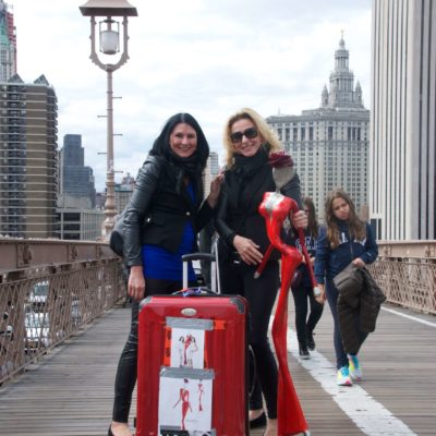 welte sisters in New York , brooklyn Bridge , mit Skulptur nonos unterwegs